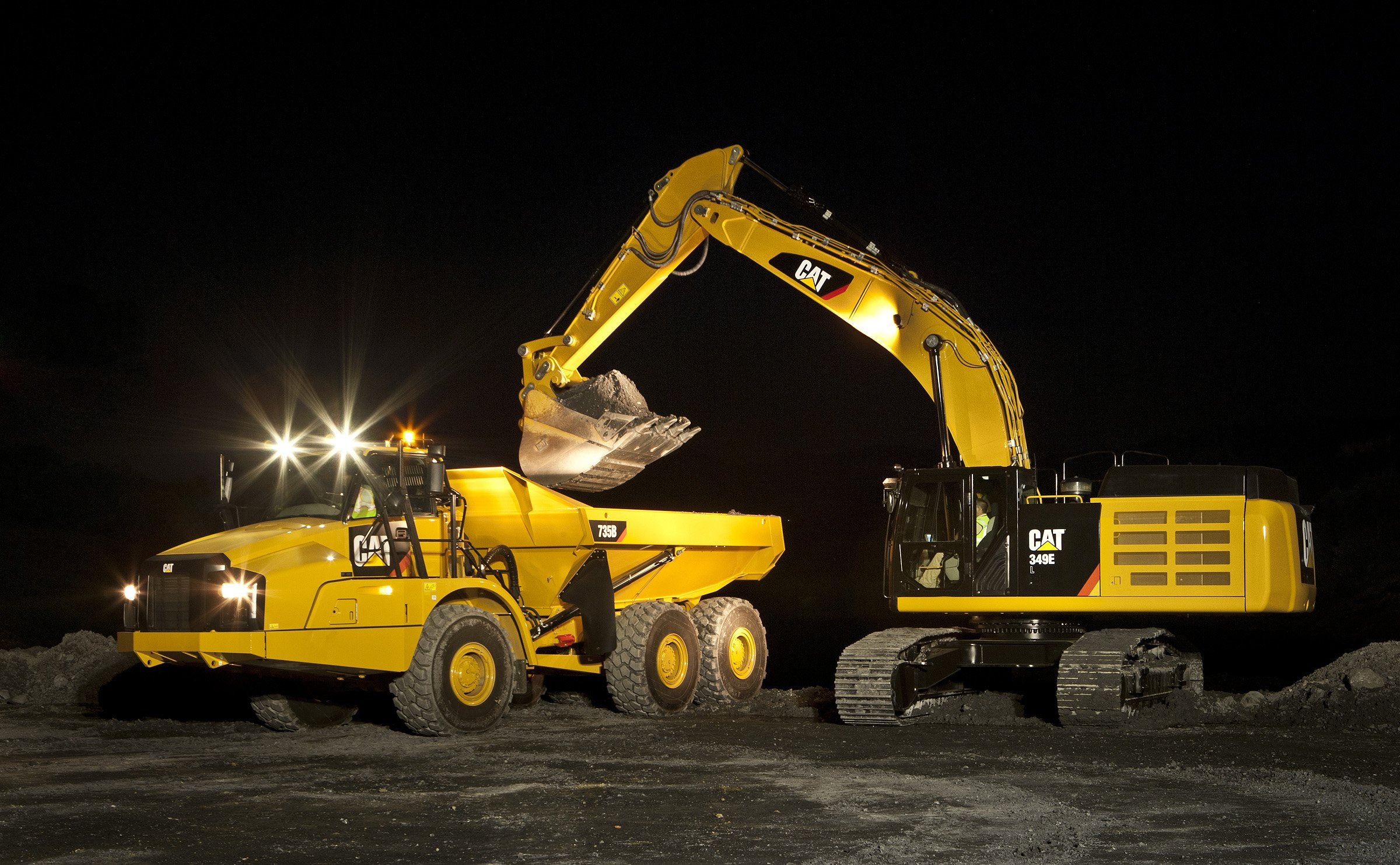 Cat-349E-loading-735B-at-night-C668443